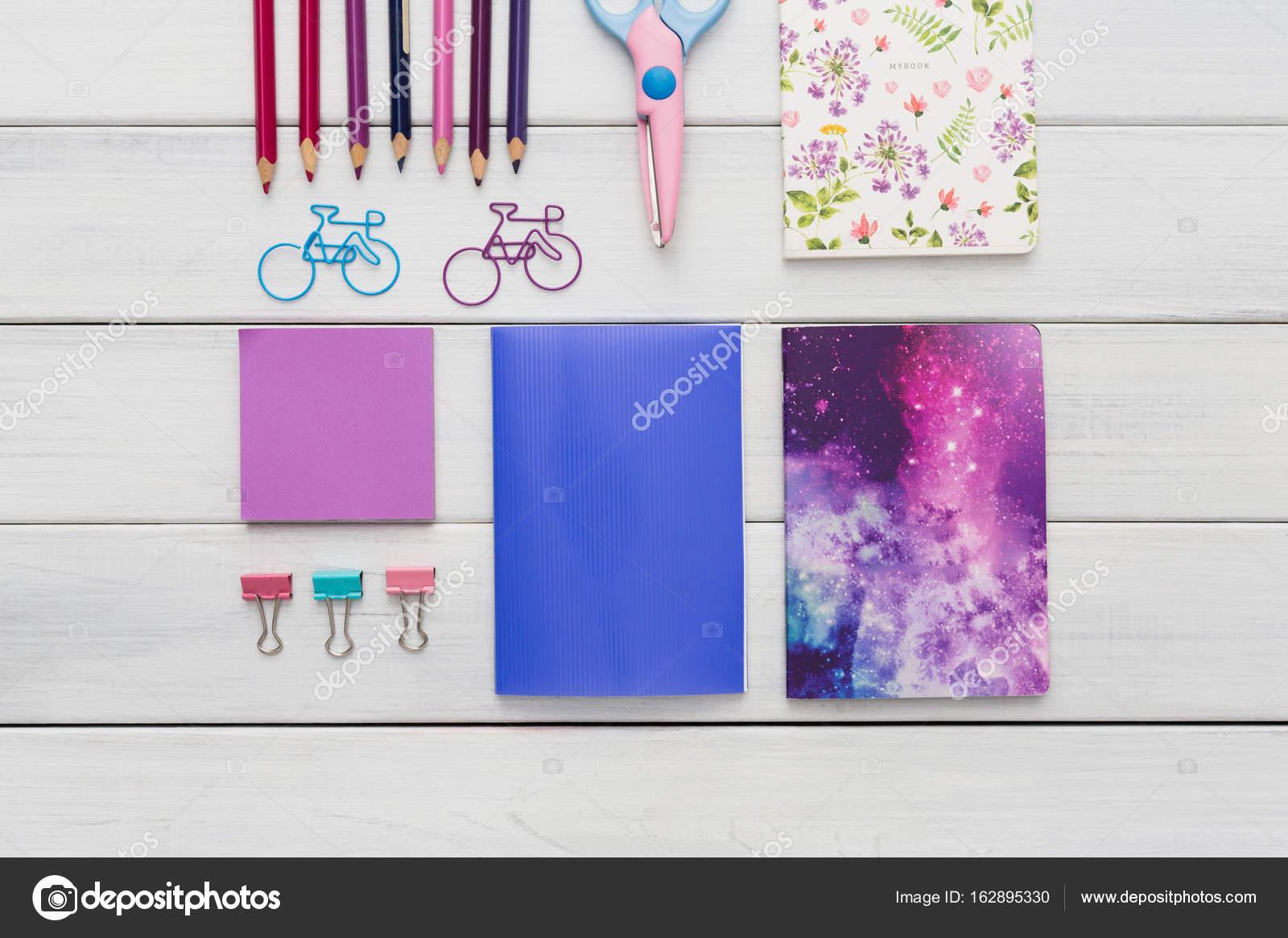 Plat leggen van kleurrijke kantoor en briefpapier van de