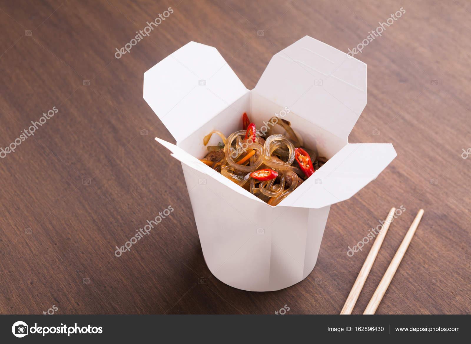 Kuchnia Azjatycka W Polu Stanie Na Drewnianym Stole