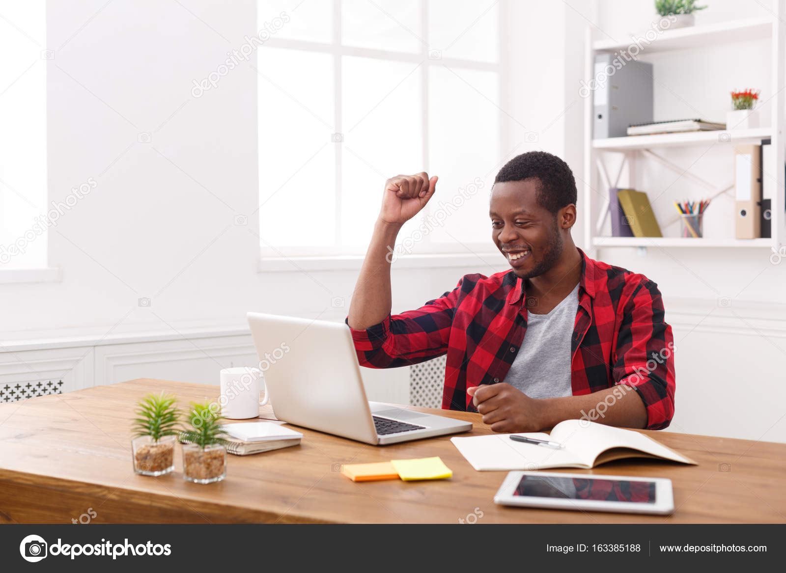 Heureux homme d affaires noir dans les bureaux modernes travail