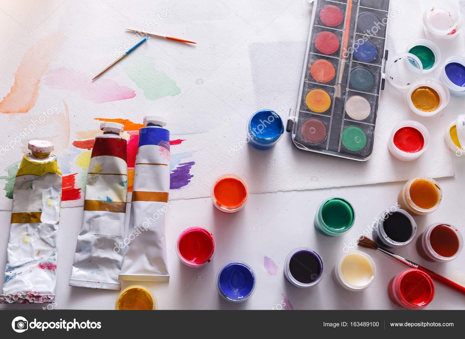 Houten Bureau Verven.Kunstenaar Werkplek Instellen Van Kleur Verven Op Hout Bureau