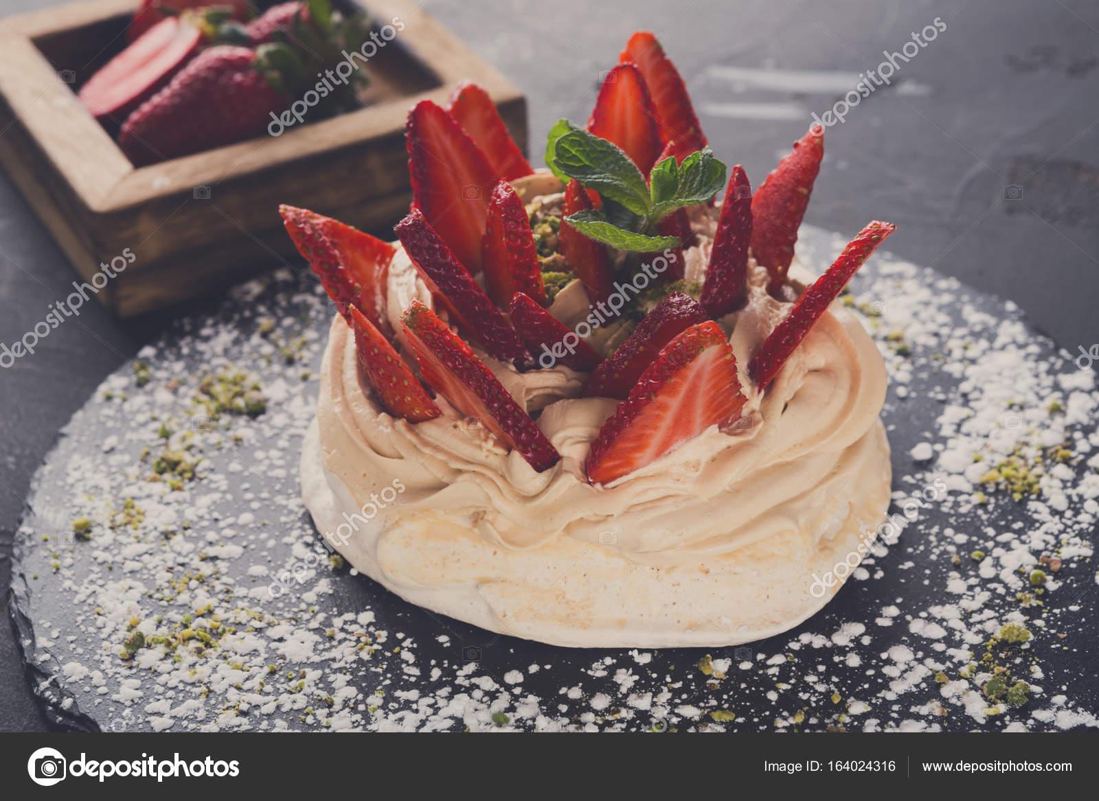 anna pavlova taart Anna Pavlova taart met aardbei op zwarte achtergrond — Stockfoto  anna pavlova taart