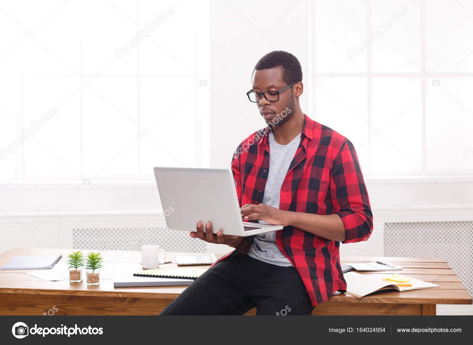 Ufficio Del Lavoro In Nero : Uomo daffari nero pensoso in ufficio casual lavoro con il computer