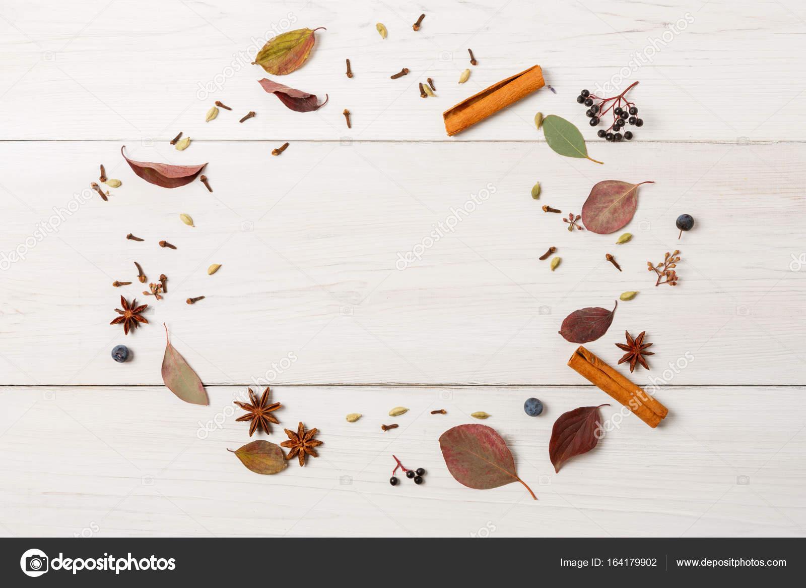 Herbstliche Rahmen von getrockneten Blumen auf weißem Holz, Top ...