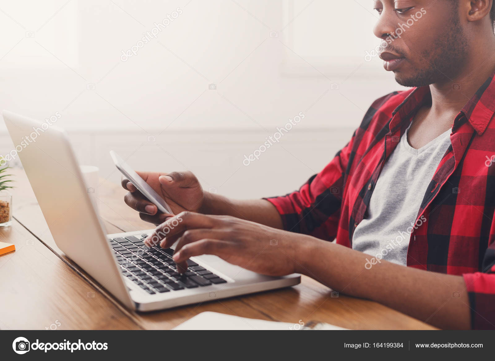 Noir homme d affaires au bureau occasionnel travail avec