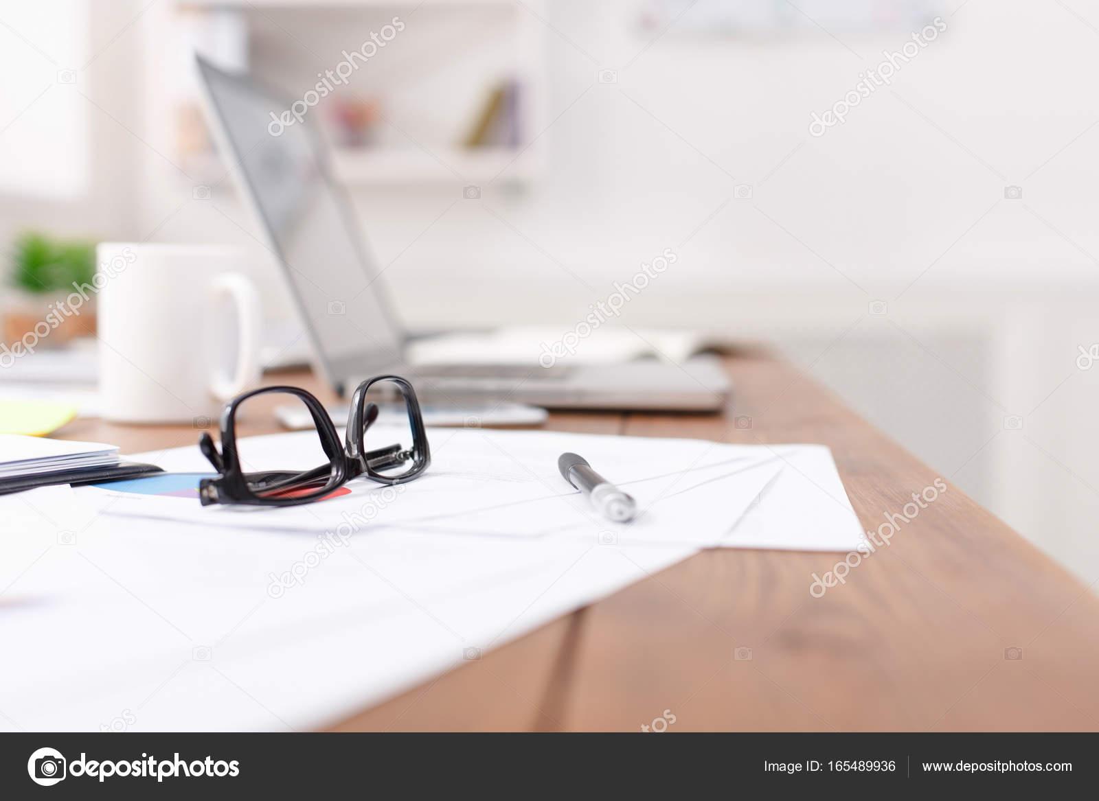Oggetti Da Ufficio : Vista laterale della scrivania da ufficio con occhiali laptop e