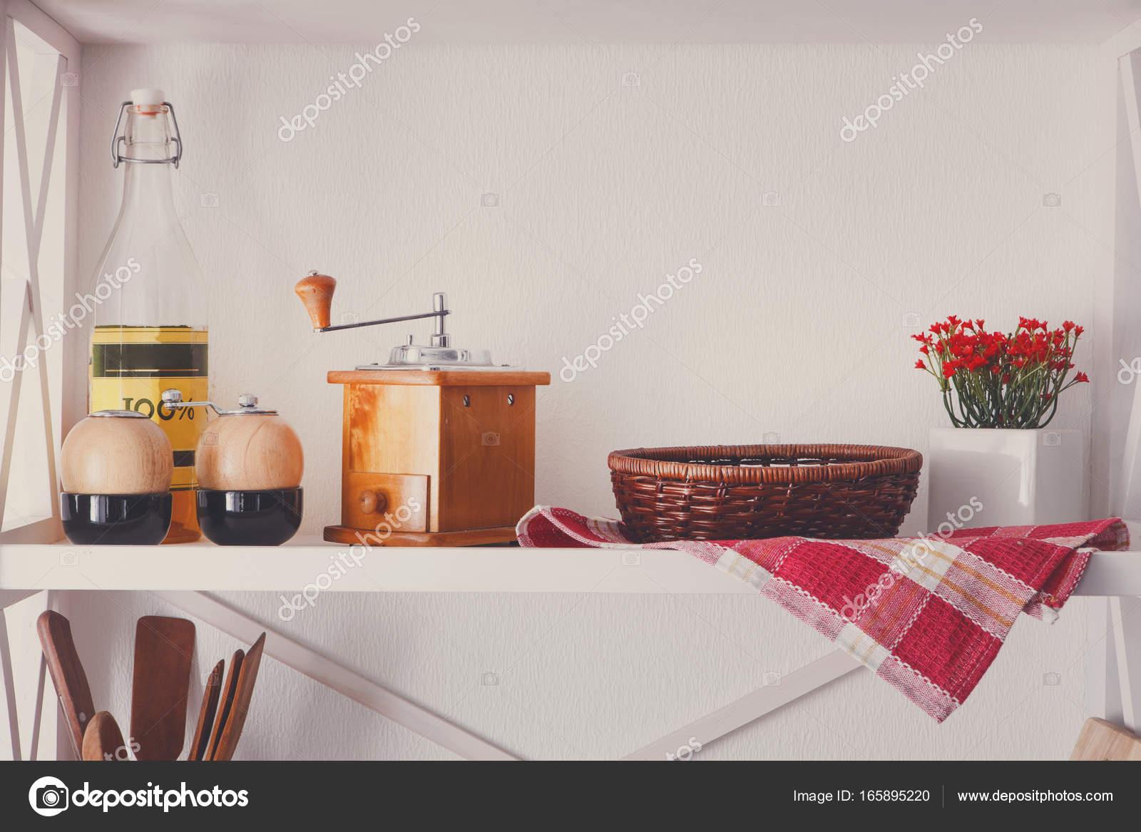Estante de madera blanco, muebles rusticos de cocina — Fotos de ...