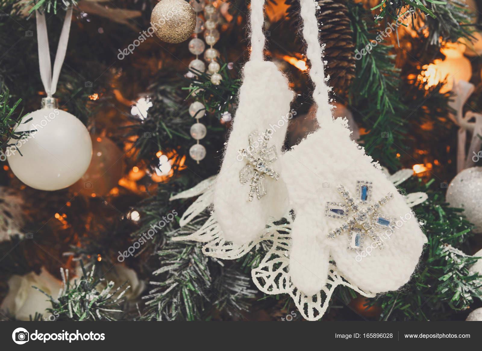 Moderne Christbaumkugeln.Moderne Weihnachtsbaum Dekoration Hintergrund Stockfoto Milkos