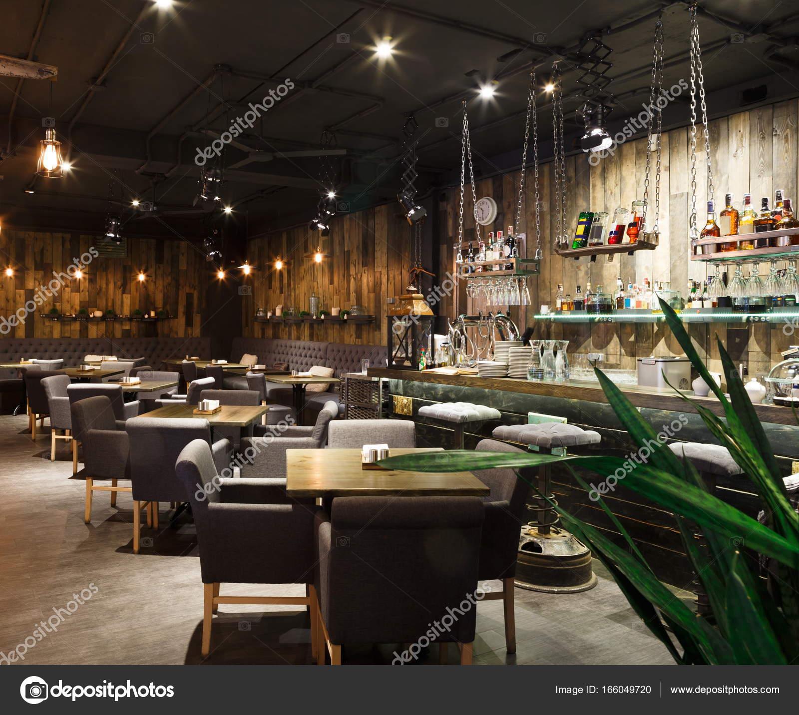 Innenraum des gemütlichen Restaurants, Loft-Stil — Stockfoto ...