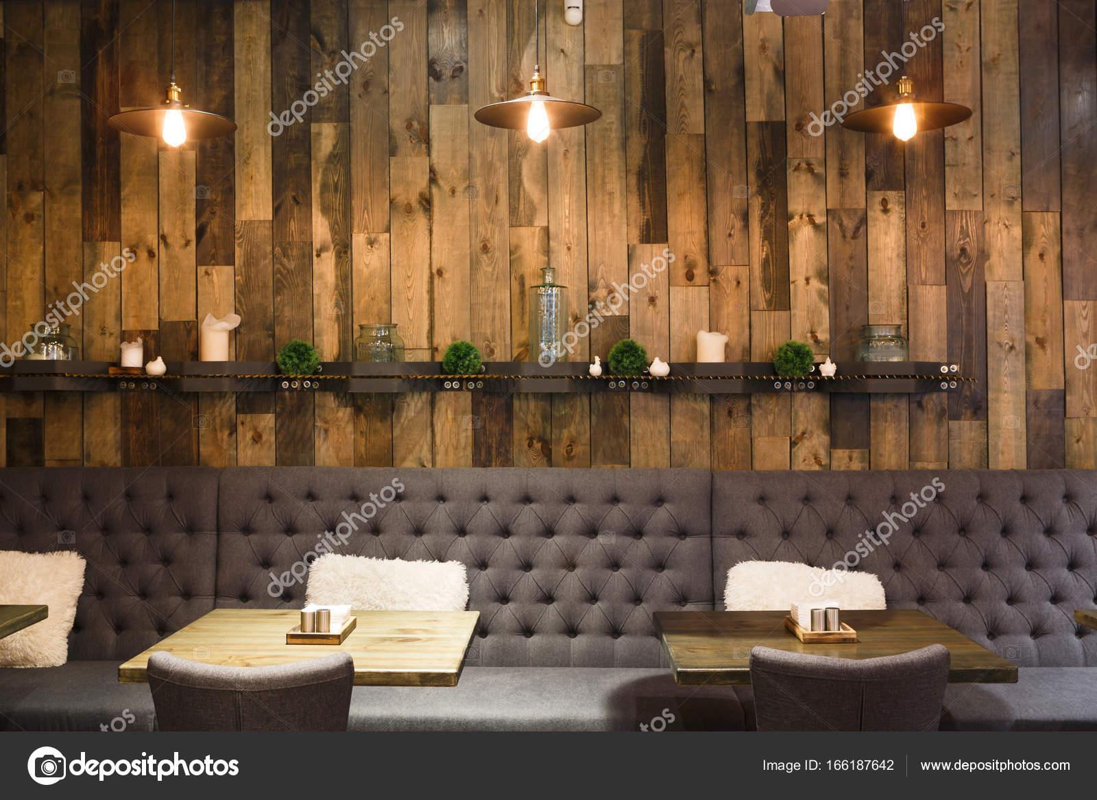 Vintage hölzernen Dachboden Interieur des Restaurants — Stockfoto ...