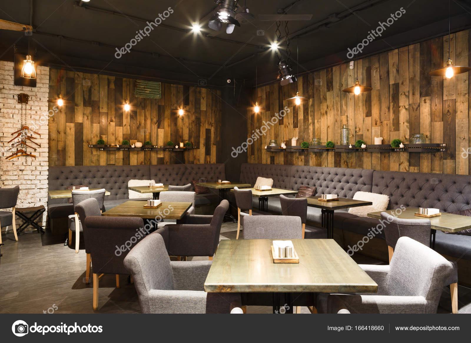 gezellig houten interieur van restaurant kopie ruimte stockfoto