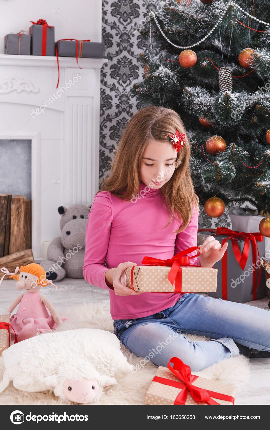Schöne Mädchen Auspacken Weihnachtsgeschenke — Stockfoto © Milkos ...