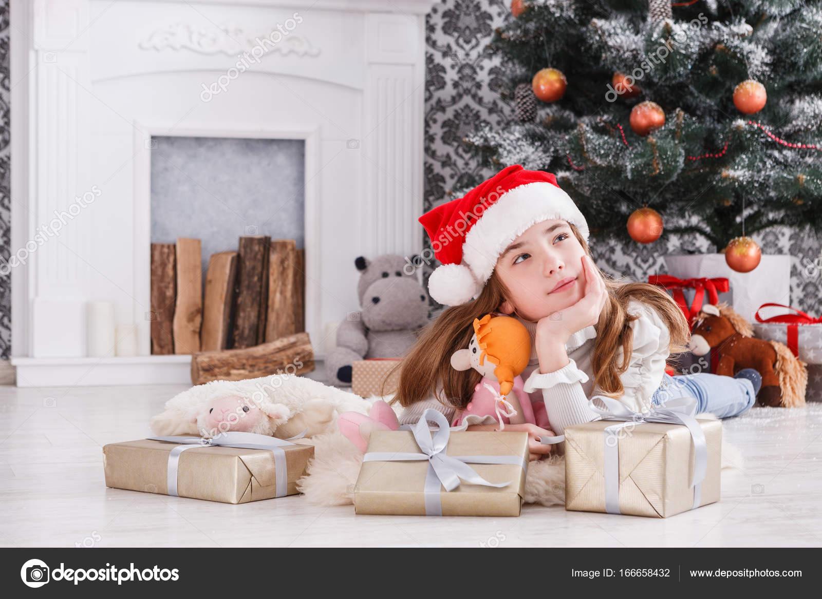 Mooi meisje in santa hat uitpakken kerstcadeaus u2014 stockfoto © milkos