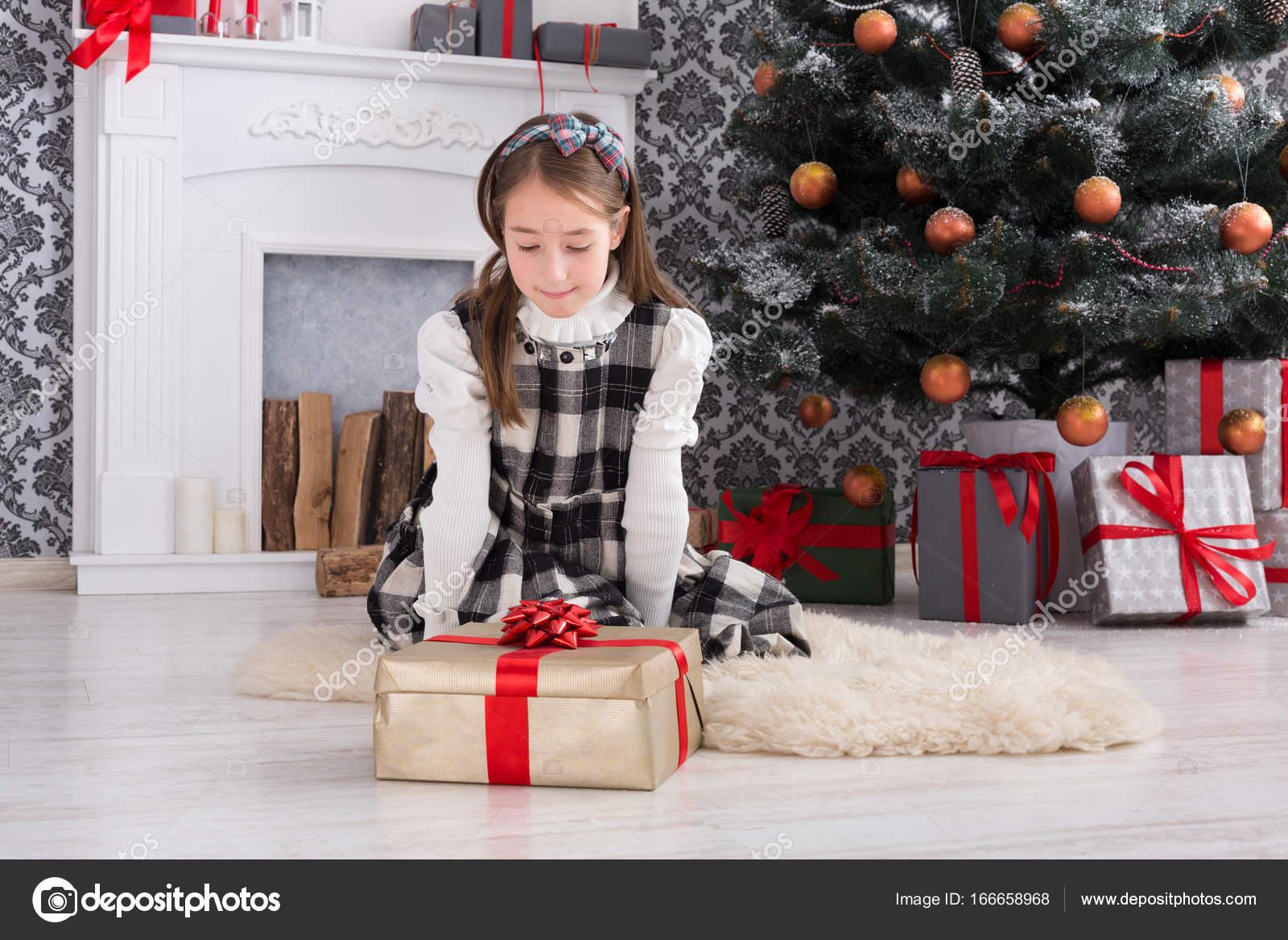 Mooi meisje uitpakken kerstcadeaus u2014 stockfoto © milkos #166658968