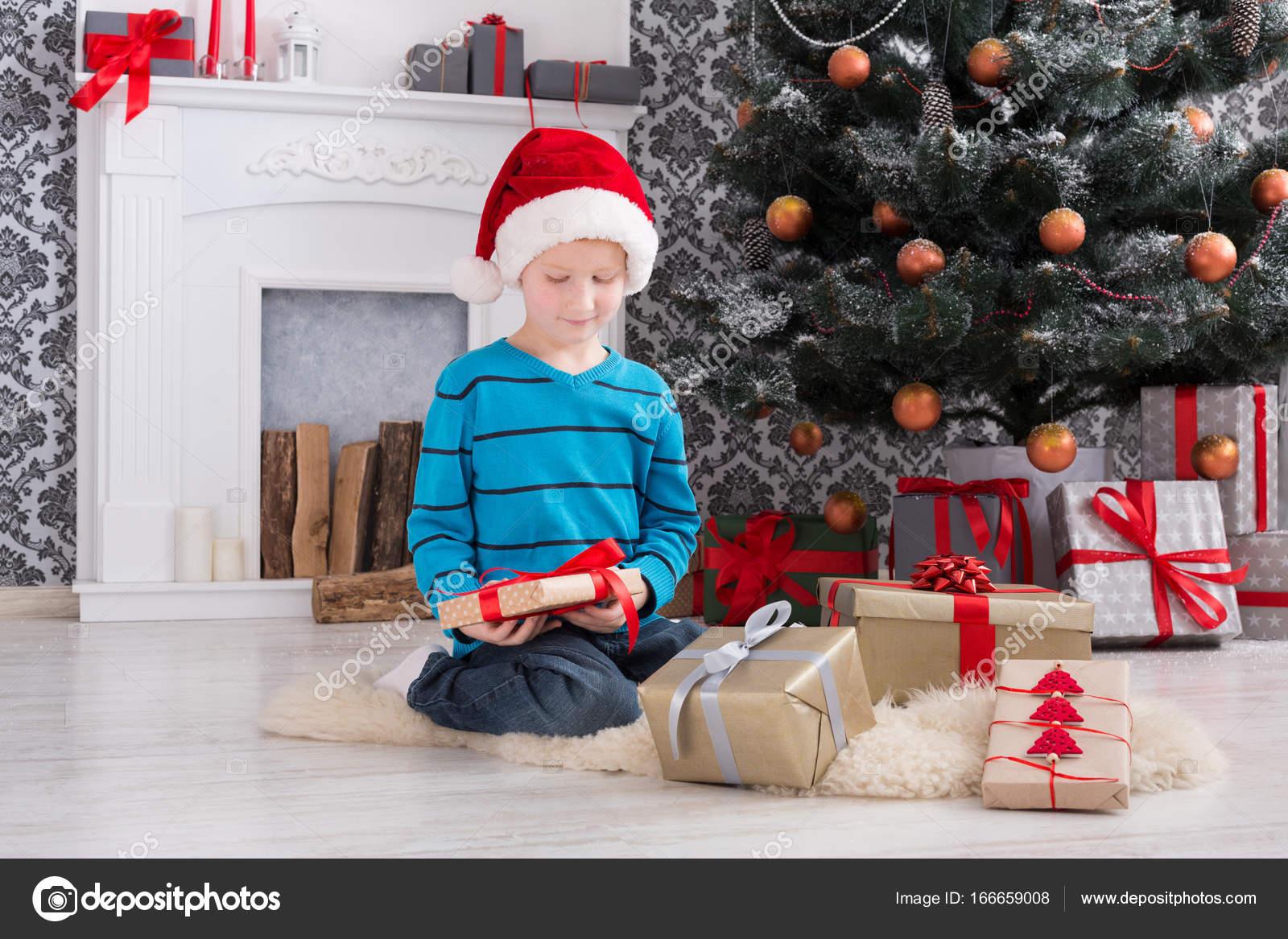 Süsser Boy in Santa Hut Auspacken Weihnachtsgeschenke — Stockfoto ...