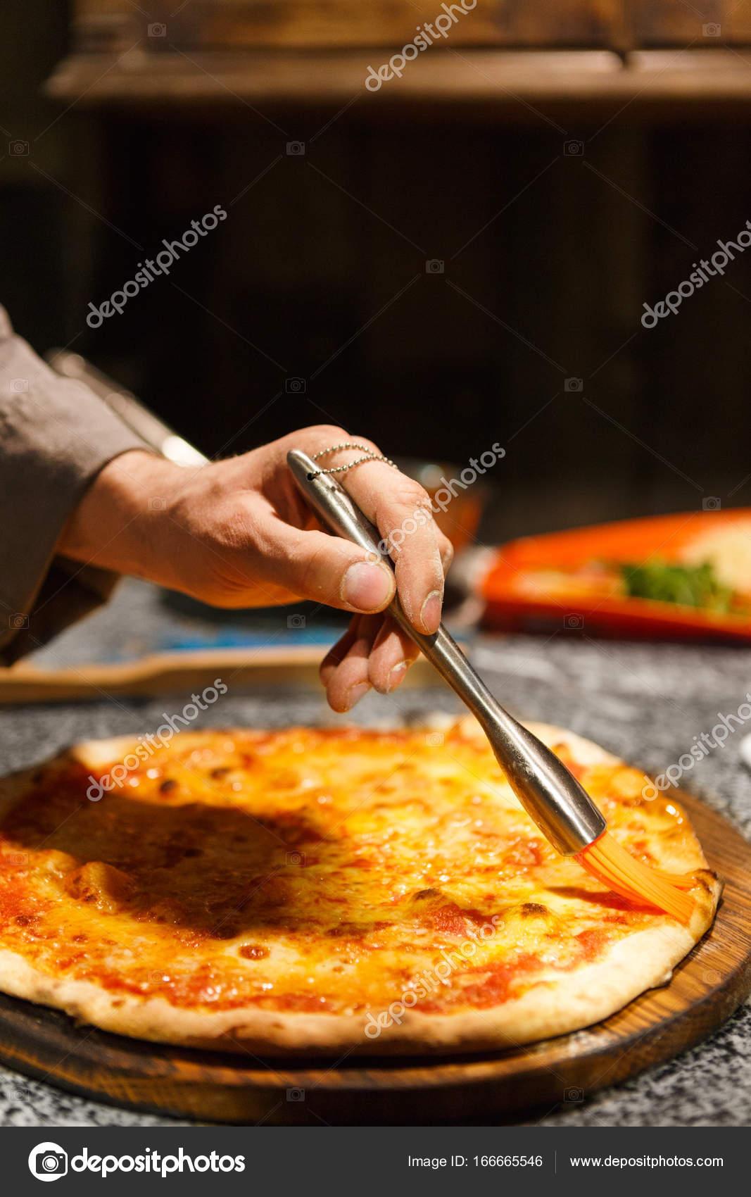 Koch, Pizza mit zerlassener Butter, Textfreiraum Verschmieren ...