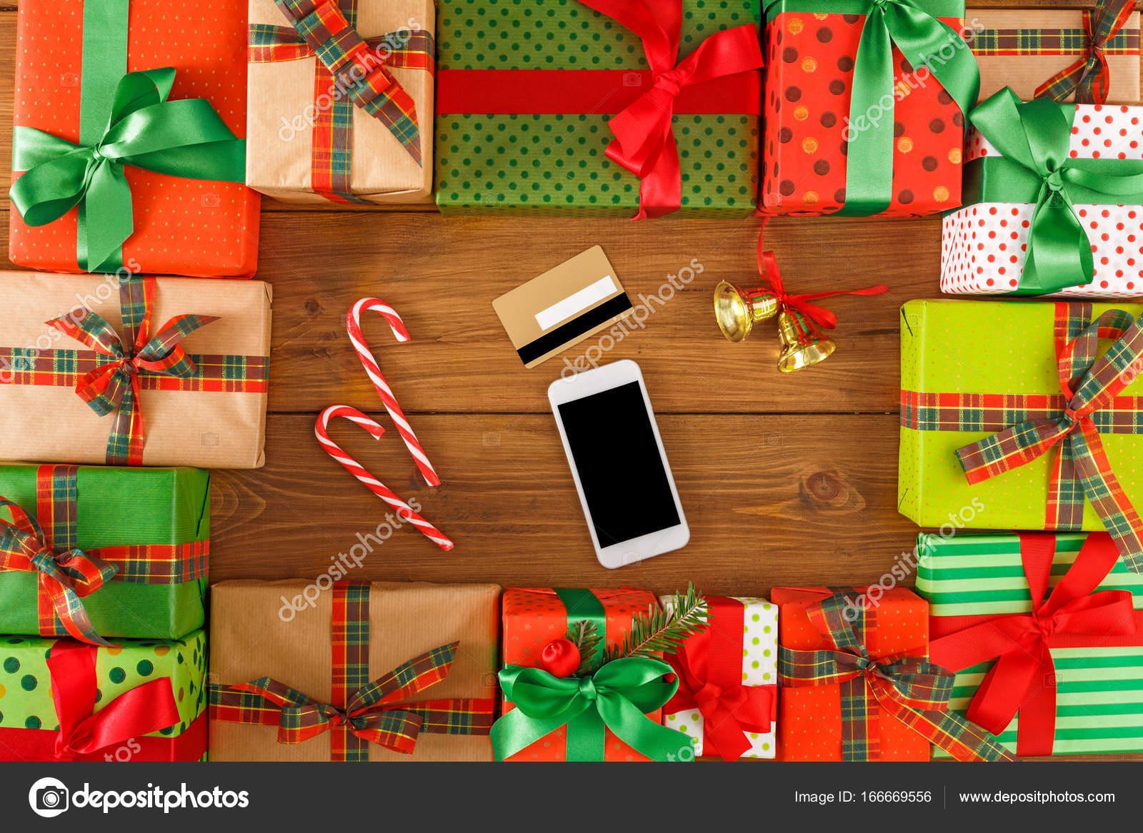 Viele Geschenk, lag Weihnachten Glocken auf Holz Hintergrund ...