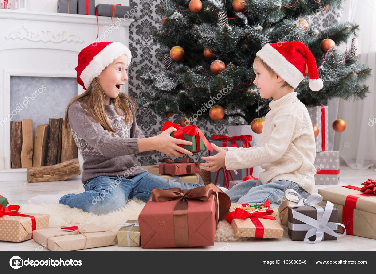 Regali Di Natale Fratello.Regali Di Natale Unwrapping Di Bambini Felici In Cappelli Della