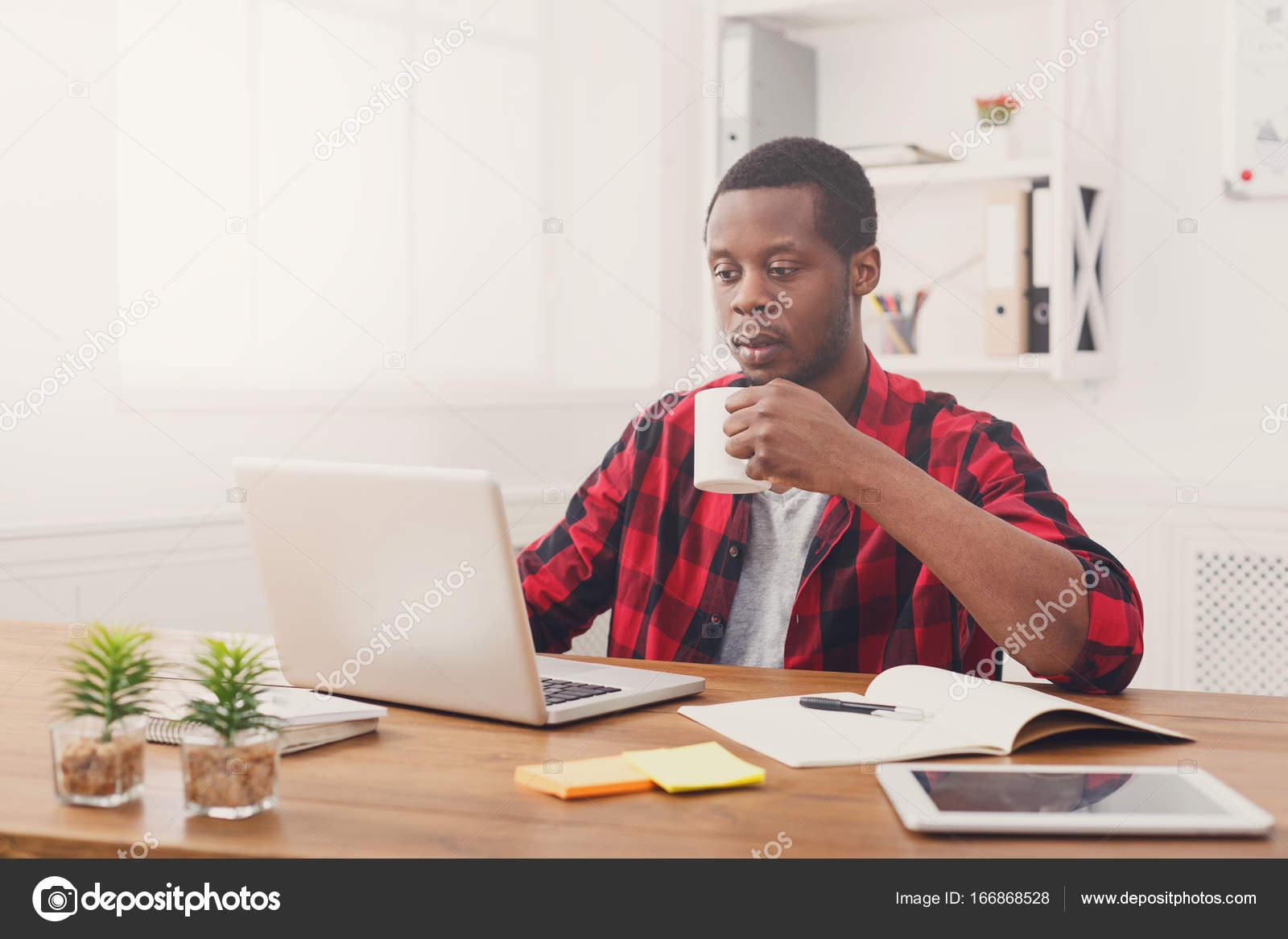 Détendue noir homme d affaires au bureau occasionnel travail avec