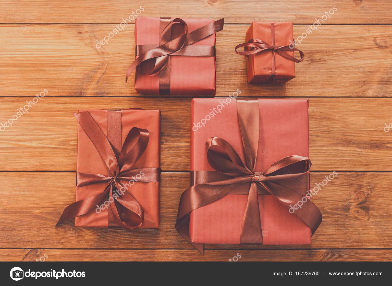Viele Geschenk-Boxen auf Holz, Weihnachtsgeschenke in Papier ...