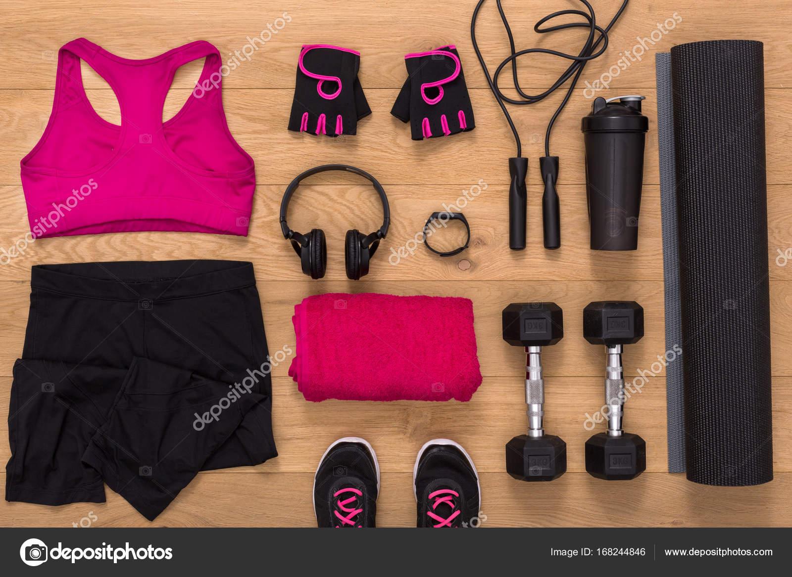 Ven ropa deportiva femenina y parte superior del equipo. Conjunto de ropa  fitness y accesorios para mujeres en madera ed7d3da581f0b