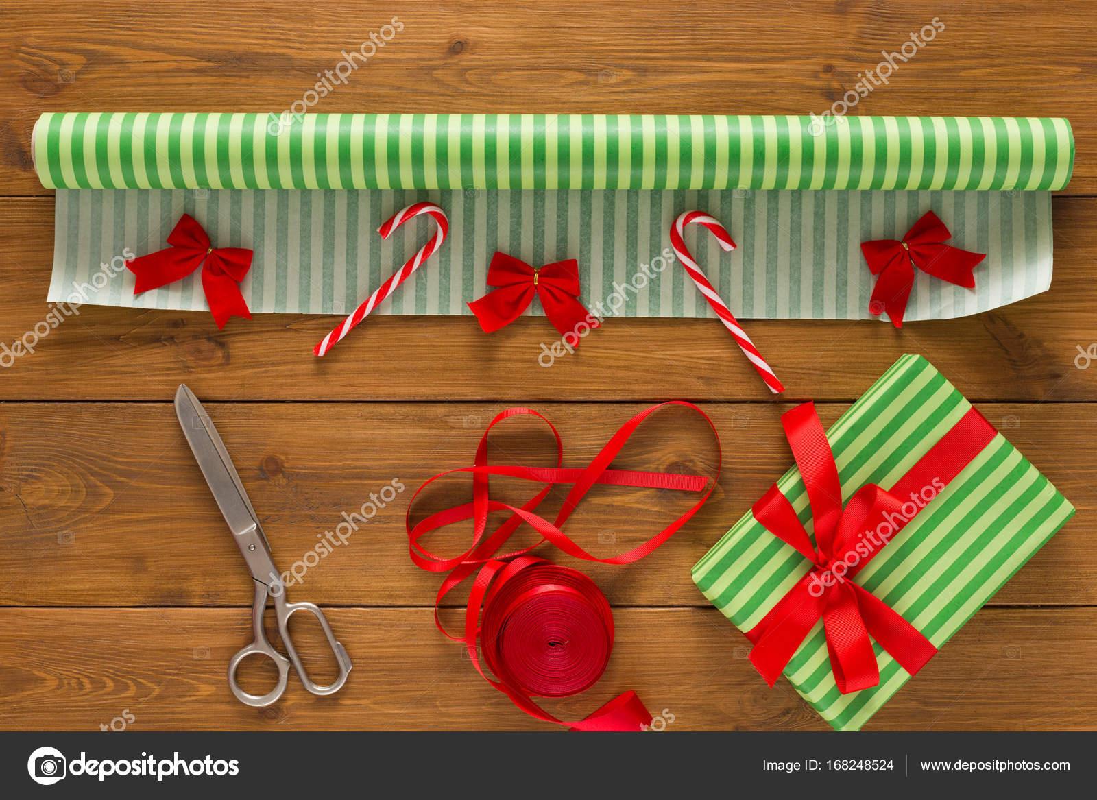 Geschenkverpackung. Moderne Weihnachtsgeschenk in Kartons verpacken ...