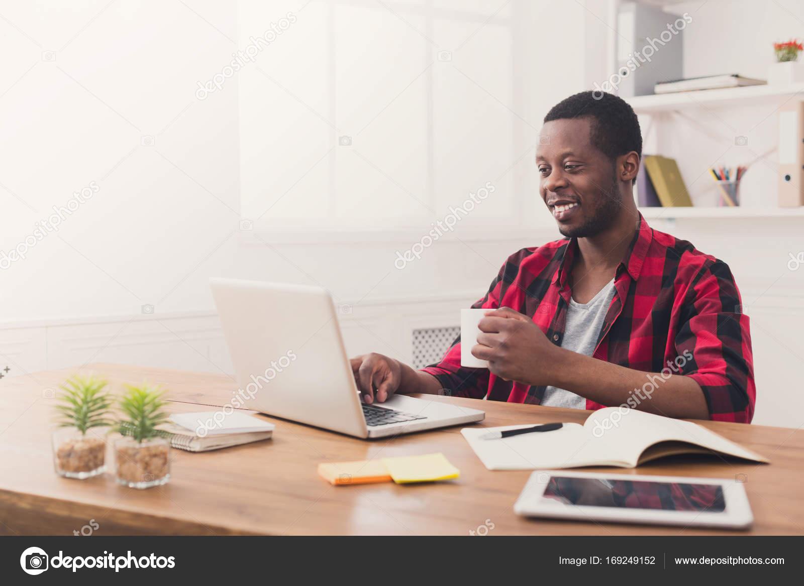 Heureux homme d affaires noir au bureau occasionnel travail avec