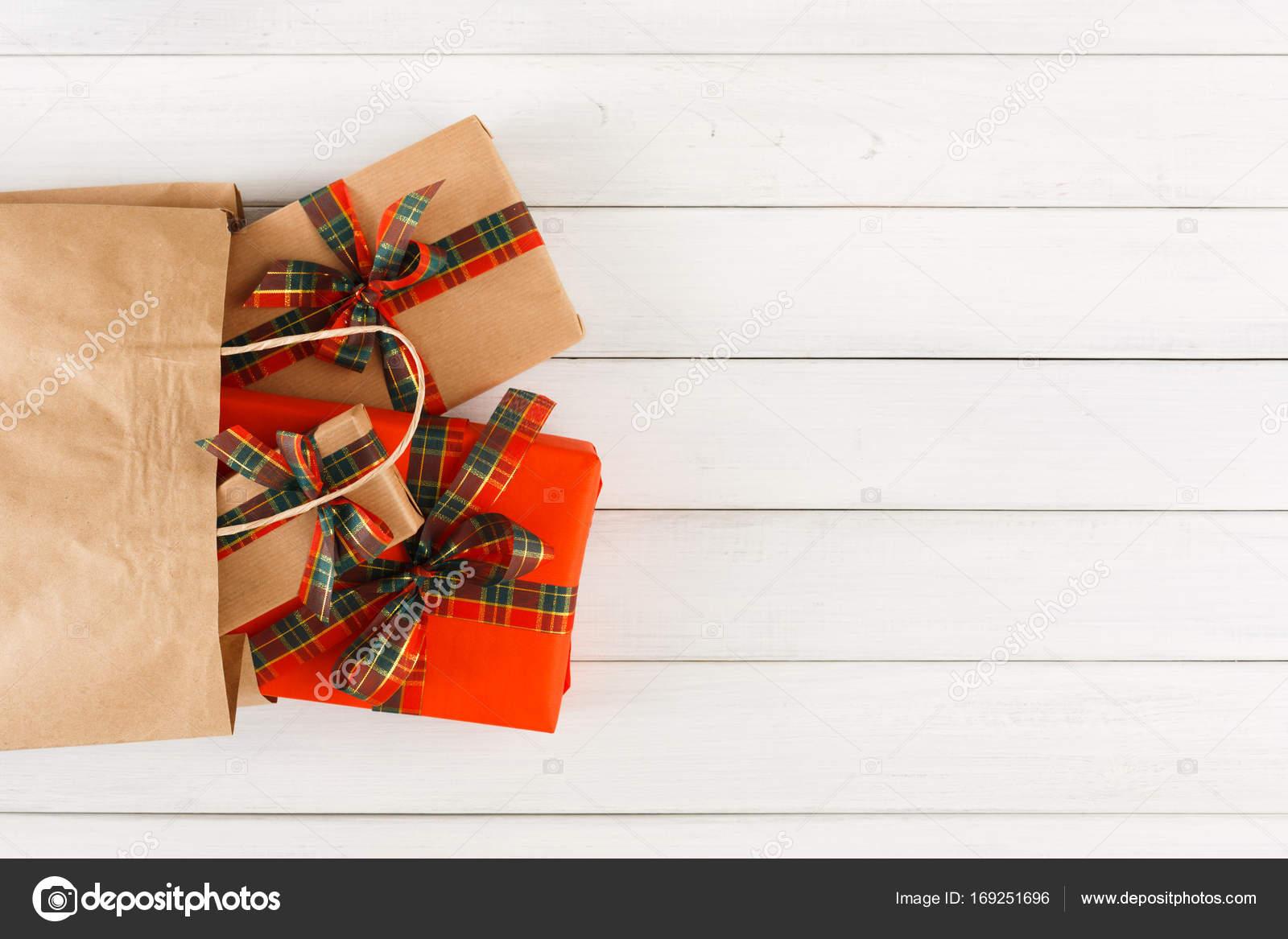 Kreative Weihnachtsgeschenke.Kreative Weihnachtsgeschenke In Papiertüte Auf Weißem Holz Tisch