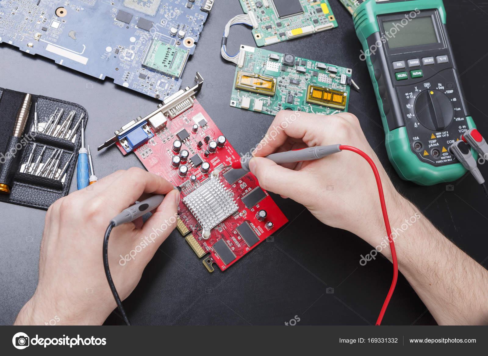 Circuito Eletronico : Circuito eletrônico vermelho bordo inspecionando perto