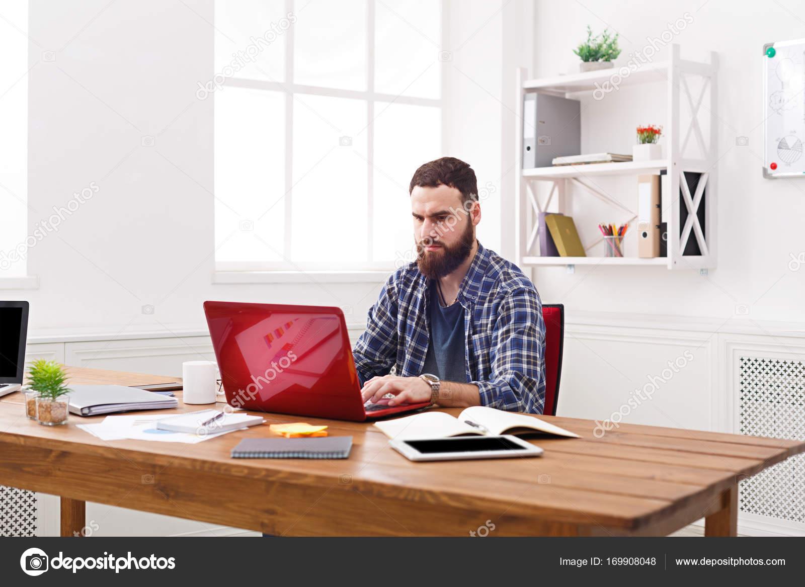 homme d affaires grave de travail avec ordinateur portable. Black Bedroom Furniture Sets. Home Design Ideas