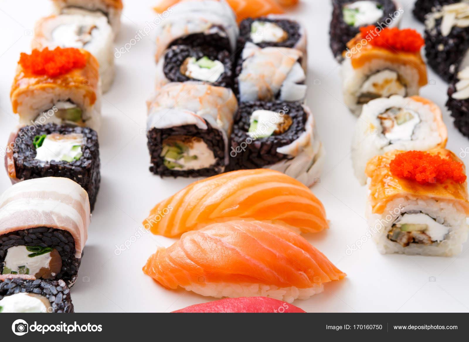 Zbliżenie Zestaw Rolek Sushi Maki Z Kawiorem Na Białym Tle