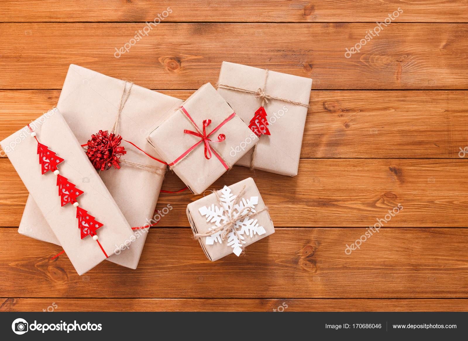 Geschenk-Boxen auf Holz, Weihnachtsgeschenke in Kraftpapier ...
