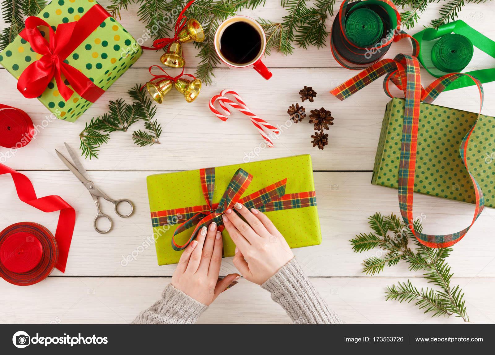 Weibliche Hände Verpackung Weihnachten Geschenke zu chaotisch ...