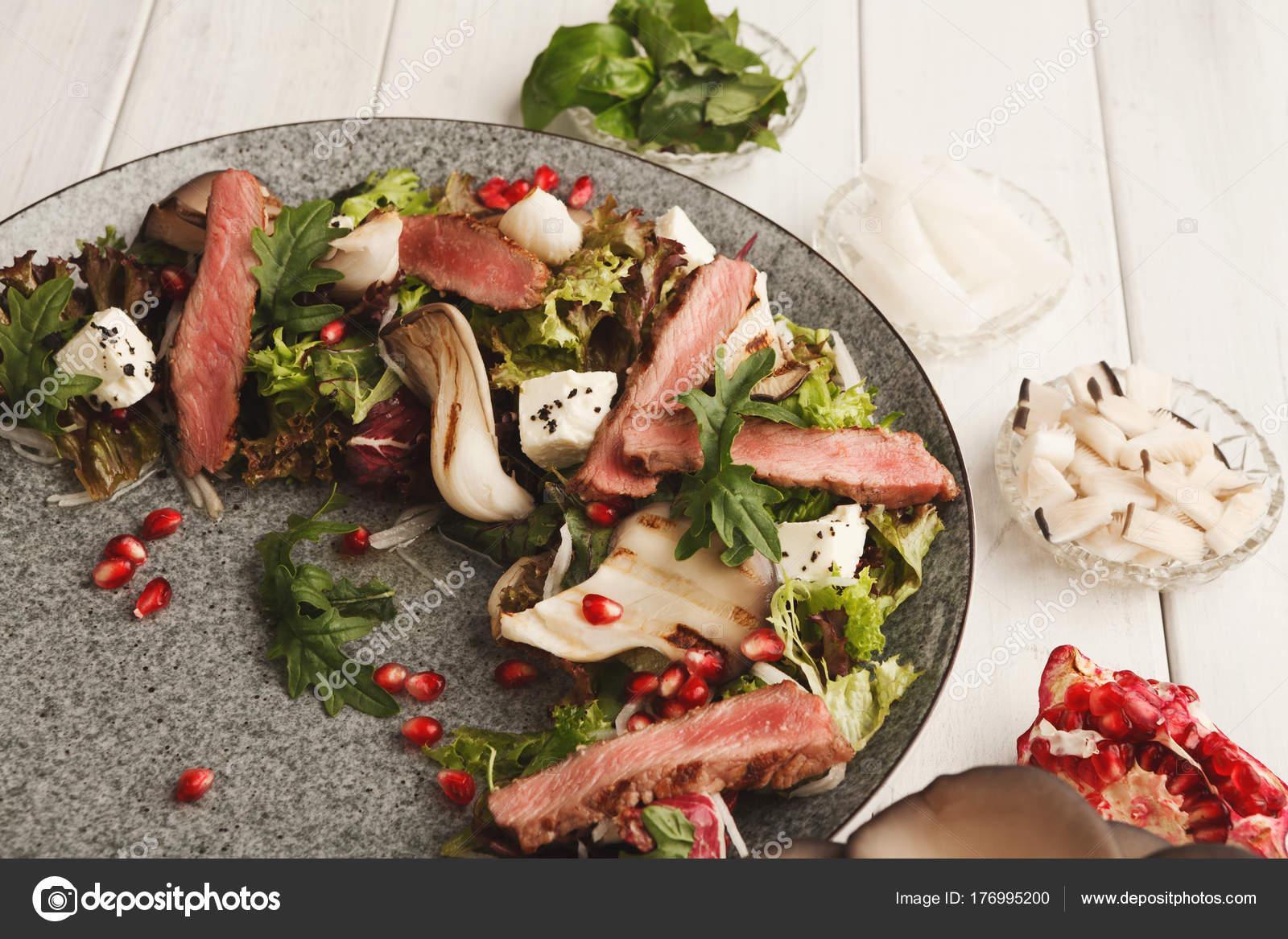 Cálida mezcla ensalada con carne de pato y setas. Plato de ...