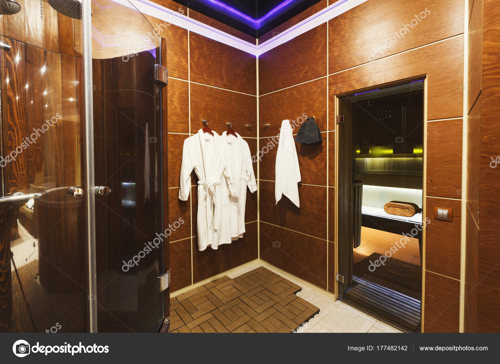 Ankleidezimmer luxus  Luxus-Ankleidezimmer im Inneren der sauna — Stockfoto © Milkos ...