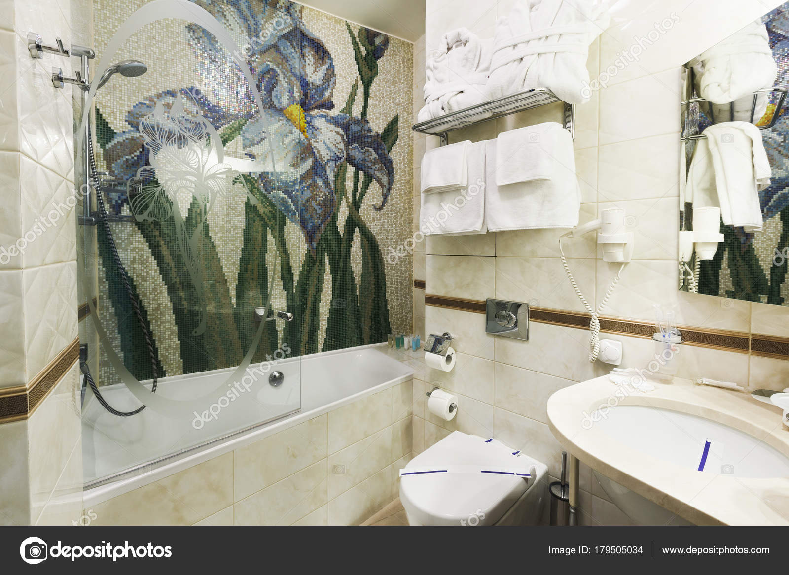 Bagni di lusso in mosaico cool piccolo bagno femminile di lusso con le pareti rivestite con - Asciugamani bagno firmati ...