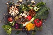 Čerstvá zelenina na dřevěný tác s kopií prostor