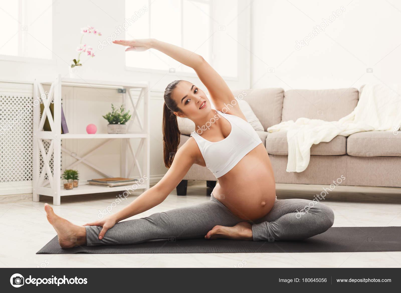 Glücklich schwanger Frau Training Yoga zu Hause — Stockfoto © Milkos ...