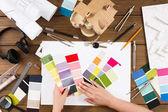 Interiérový designér pracující s palety pohled shora