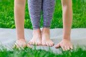 Közelkép a lányok kéz és a láb alatt jóga osztályok
