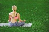 Mladá žena venku, uvolnit meditační pozice