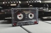 Vintage cassette audio e registratore di nastro a sfondo grigio