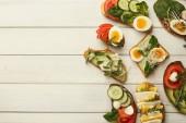 Zdravé vegetariánské sendvičů na bílého dřeva, horní pohled