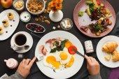 Restaurace snídaně s anglickou slaninou a sázenými vejci