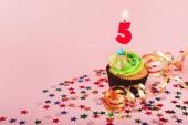 Páté narozeniny košíček s svíčku a posyp