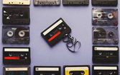Telaio vintage cassette audio su fondo viola