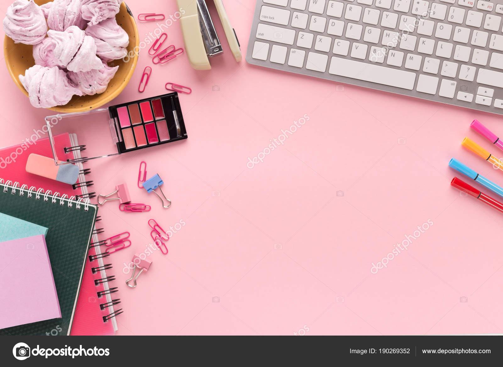 Boşluk Klavye üzerinde Pembe Bir Arka Plan Ile çalışma Stok Foto