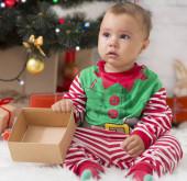 Rozrušené batole otevírá prázdnou krabici bez dárku v předvečer nového roku
