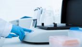 Žena používající lékařské vybavení pro vědecké výzkumy
