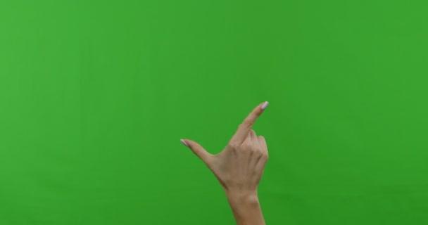 Ženská ruka ukazující víceúčelové gesta na zelené dotykové obrazovce