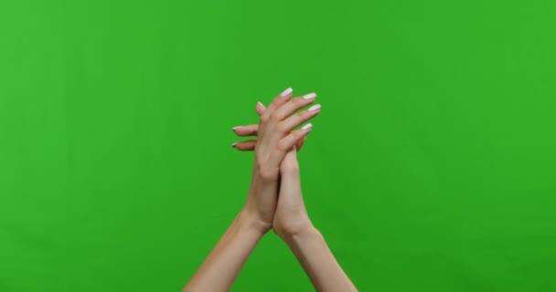 Frau reicht klatschenden Applaus über grünen Chroma-Hintergrund